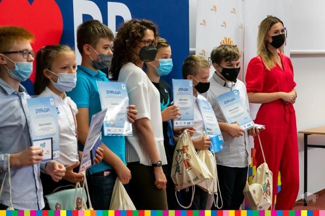 Uczniowie Podlaskiego Uniwersytetu Dziecięcego odebrali dyplomy za rok 2020/2021.