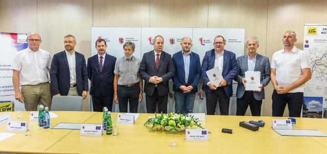 W uroczystości podpisania umowy wzięli udział m.in. starosta Jarosław Sochacki (drugi z lewej) i wójt gminy Skrwilno Dariusz Kolczyński (pierwszy z prawej)