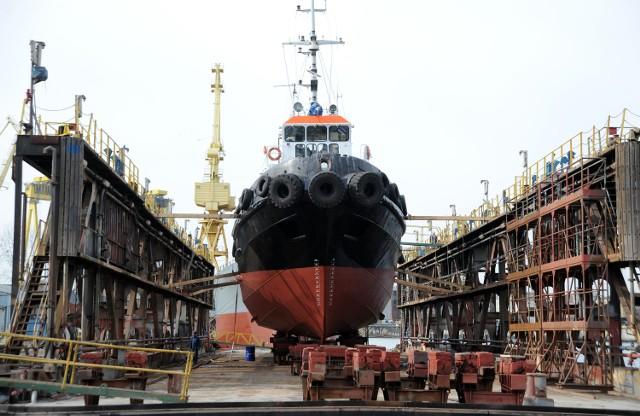 Świnoujście: Związkowcy grożą strajkiemAutorzy raportu podkreślają, że czynnikiem istotnym w ocenie możliwości rozwojowych stoczni remontowych w Szczecinie i Świnoujściu jest rosnący udział w całej flocie handlowej statków o nośności powyżej 25 000 DWT., które można remontować tylko na dokach największych. Takie są zbyt duże na obecne możliwości obu stoczni Pomorza Zachodniego.