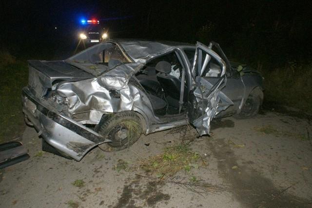 Peugeot uderzył w drzewo.