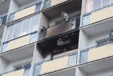 Pożar mieszkania przy al. Piłsudskiego. Bezdomny koczuje na klatce