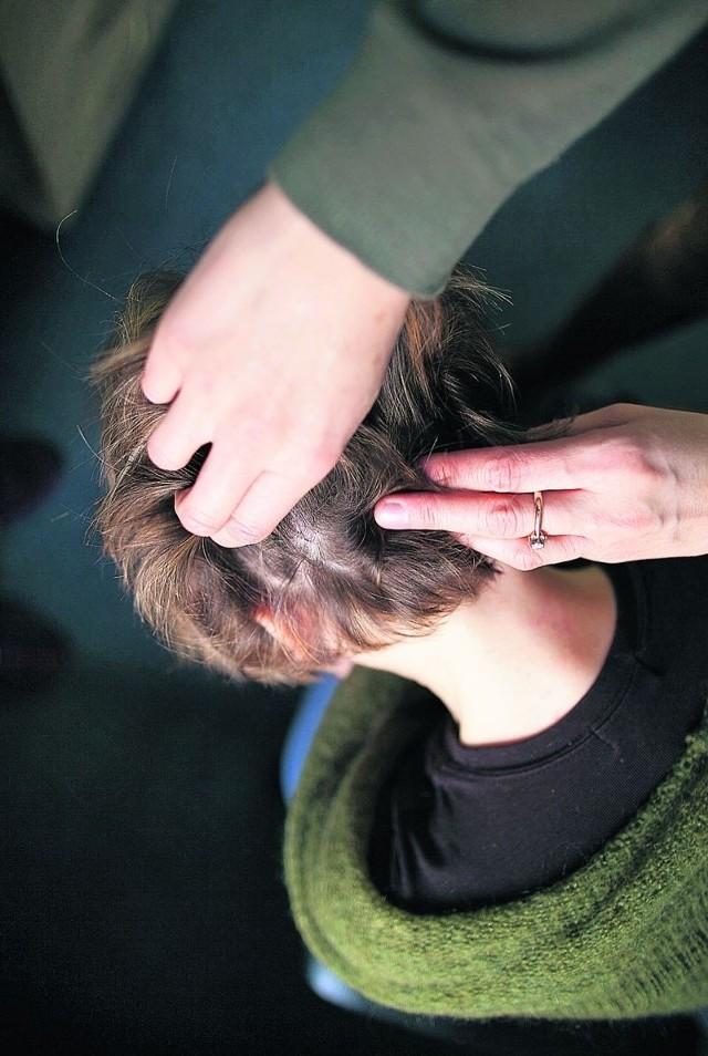 Dyrekcja szkoły przy ul. Jaskrowej 15 wywiesiła na drzwiach apel do rodziców, by kontrolowali czystość głów swoich pociech.