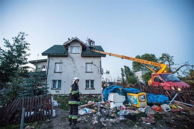 Pięć lat temu, w drugiej połowie lipca, gwałtowna nawałnica spustoszyła miejscowości w gminie Obrowo: Zawały, Dobrzejewice, Łążyn II i Łążynek. Wiatr pozrywał dachy, połamał drzewa i powbijał w elewacje budynków porwane z ziemi przedmioty. Niszczycielski żywioł przetaczał się przez gminę zaledwie kilka minut, ale przyniósł przerażający krajobraz. To cud, że nikt nie zginął…- W ciągu pół roku zdołaliśmy wspólnymi siłami, przy nieocenionej pomocy wielu ludzi dobrego serca, odbudować wszystkie domy. Żywioł zniszczył dorobek życia setkom mieszkańców naszej gminy, ale nie zniszczył solidarności, współodczuwania i wzajemnej życzliwości wśród nas. W obliczu tragedii pokazaliśmy, że chcemy kierować się tym wartościami – wspomina wójt gminy Obrowo Andrzej Wieczyński. - Pięć lat po tragedii życzmy sobie, abyśmy nigdy więcej nie musieli za taką przyczyną przypominać sobie, że potrafimy być rodziną.Więcej informacji na kolejnych stronach.