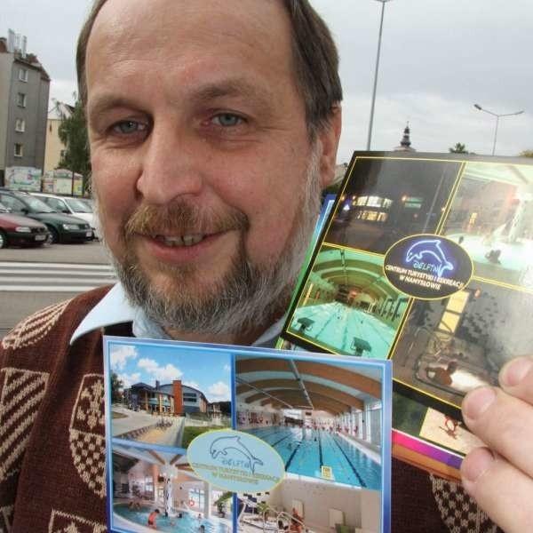 Tadeusz Wincewicz pokazuje pocztówki z pływalnią.