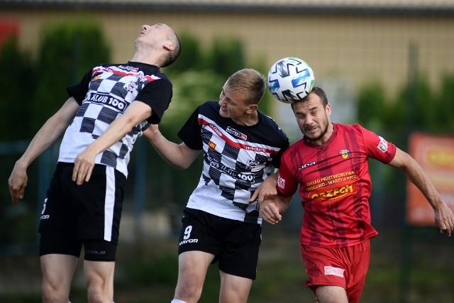 W rozgrywanym awansem meczu 12. kolejki grupy spadkowej 4 ligi podkarpackiej Czarni Jasło pokonali 4:3 Sokoła Kolbuszowa Dolna.