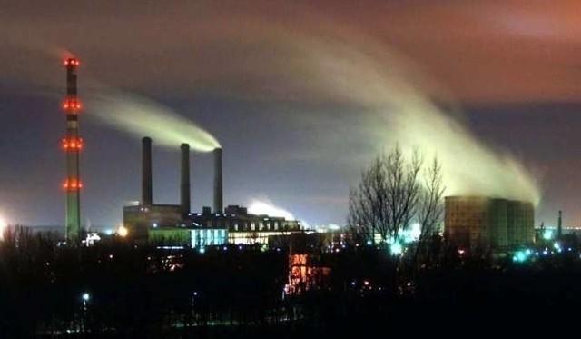 Kary od 300 do 500 złotych zostały nałożone za nadmierną emisję zanieczyszczeń do atmosfery w Kędzierzynie-Koźlu. Mieszkańcy są oburzeni tak znikomymi konsekwencjami zatruwania środowiska. Szczególnie, że to miasto należy do najbardziej zanieczyszczonych w tej części Europy.