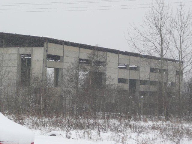 Niedoszła hala zostanie rozebrana, a w jej miejscu powstanie nowoczesne centrum handlowe. fot. B. Rygiel