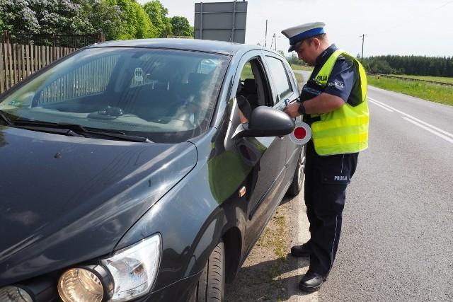 Policjanci ze strzeleckiej drogówki od początku 2016 roku zatrzymali już blisko 60 dokumentów uprawniających do kierowania pojazdami kierowcom, którzy za nic mieli sobie ograniczenia prędkości i przepisy prawa.