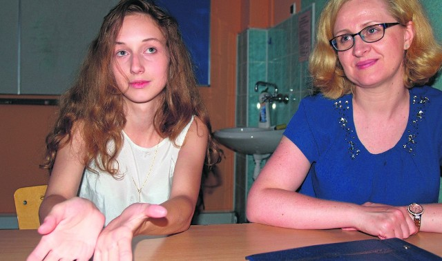 Julia z talentem przelewa swe rozterki na papier. Wspiera ją polonistka, Beata Tyszka