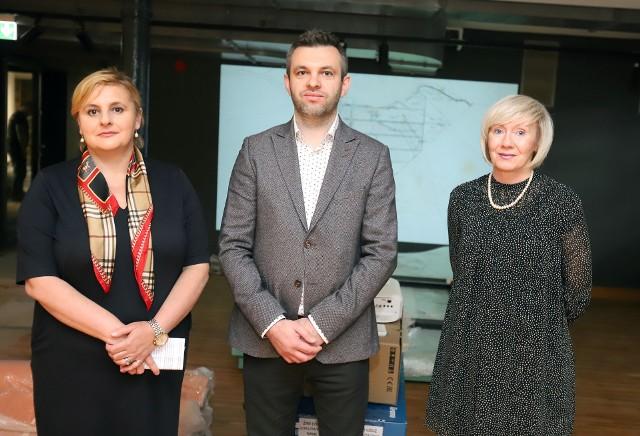 Od lewej: Agnieszka Kowalewska-Wójcik, Tomasz Zalewski i Barbara Kurowska w przestrzeniach przyszłej wystawy