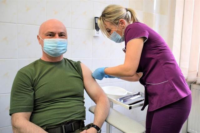 Ruszyły szczepienia opolskich wojskowych. Mundurowi otrzymują preparat Astra Zeneca.