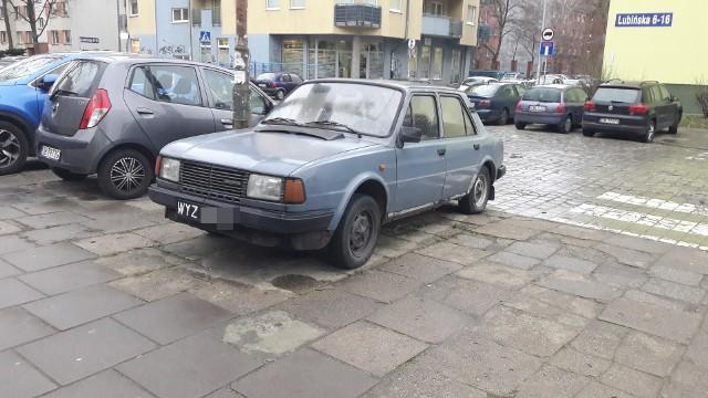 """Dostaliśmy Wasze pierwsze zdjęcia wraków, zalegających na wrocławskich ulicach. """"Pstryknij wraka"""" to akcja, do której wróciliśmy po latach, by wspólnie ze strażą miejską oczyścić Wrocław ze zniszczonych i opuszczonych aut. Dziękujemy i czekamy na więcej! Pierwszą listę wraków już przekazaliśmy strażnikom. Czekamy na następne zdjęcia i adresy.Na kolejnych slajdach zobacz więcej wraków zgłoszonych przez mieszkańców. Zobaczcie zdjęcia na kolejnych slajdach - posługujcie się klawiszami strzałek, myszką lub gestami."""