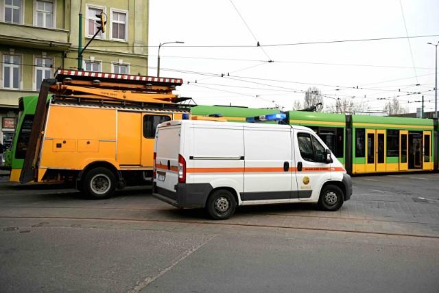 Auto osobowe marki BMW wypadło z jezdni i znalazło się na torowisku na ulicy Hetmańskiej w Poznaniu.
