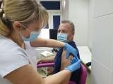 W Świętokrzyskim Centrum Matki i Noworodka w Kielcach także ruszyły szczepienia przeciw COVID-19. Jako pierwszy zaszczepił się dyrektor