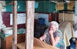 Pani Bogusława ma 69 lat. Mieszka w Cząstkowie z trójką niepełnosprawnych dorosłych dzieci w tragicznych warunkach