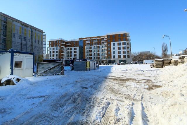 """Przy Nałęczowskiej - teren za Hanesco - planowana jest """"budowy zespołu zabudowy mieszkaniowej wielorodzinnej budynków B1, B2, B3 z częścią usługową oraz wielostanowiskowymi garażami podziemnymi"""". Wstępnie mówi się, że budynki powstaną w trzech etapach. – Zaprojektowano 3 budynki o 8 kondygnacjach nadziemnych oraz 454 miejsca parkingowe w garażach podziemnych i w terenie – precyzje Góźdź.na zdjęciu: ul. Morwowa"""