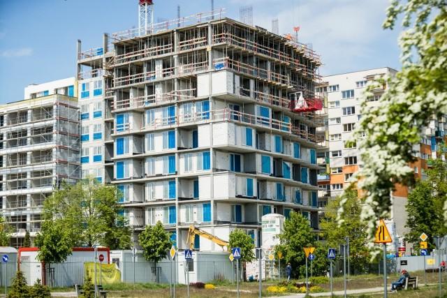 W przypadku zmiany przedmiotu zabezpieczenia (nieruchomości obciążonej hipoteką) stałe opłaty zwykle są nieco wyższe i mogą wynosić nawet 500 zł.