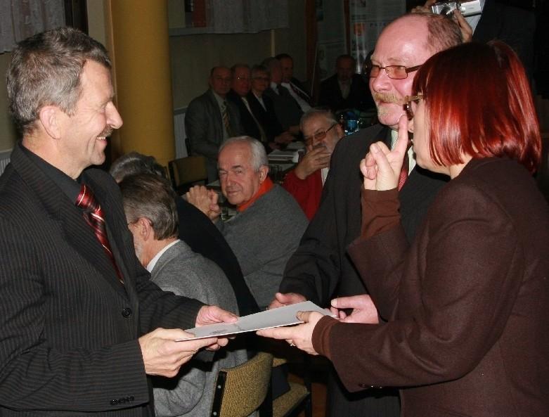 Jeden z listów gratulacyjnych odebrał z rąk wojewody miejscowy przedsiębiorca Roman Strzelczyk, który był radnym w latach 1990-1994.