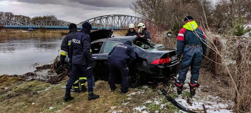 Tykocin: Wjechał do rzeki Narew tuż obok mostu. Kontakt utrudniony, nurkowie szukali innych osób. Auto udało się wyciągnąć