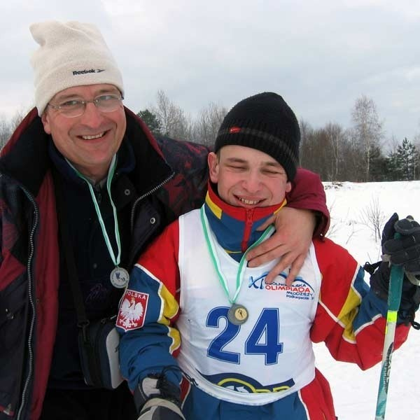 Wojciech Nowicki z synem Rafałem. Na mecie biegu narciarskiego w Ustianowej obydwaj mieli powody do radości.