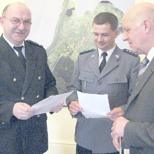 - Wyniki są niezłe, ale można je poprawić - uważają (od lewej) komendat Straży Miejskiej w Grudziądzu Jan Przeczewski, komendant policji w Grudziądzu nadkomisarz Mirosław Elszkowski i prezydent Robert Malinowski.