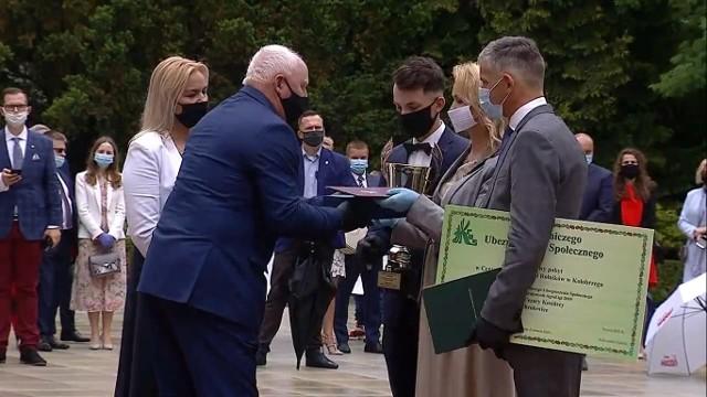 Agata i Cezary Kosińscy (z synem Maksymilianem) odbierają 3 czerwca 2020 roku w Pałacu Prezydenckim nagrody za zdobycie tytułu mistrza ogólnokrajowego AgroLigi 2019