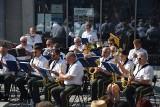 Koncert plenerowy Orkiestry Dętej Zastal ściągnął tłumy. Dlaczego? Bo muzyka łagodzi obyczaje - mówili mieszkańcy