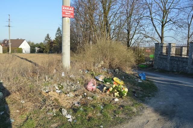 Dzikie wysypisko obok cmentarnego muru na ul. Armii Kraków