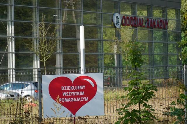 Personel poznańskiego szpitala przy ulicy Szwajcarskiej od początku pandemii leczy pacjentów chorych na COVID-19. Wiosną mieszkańcy, przedsiębiorcy, firmy, instytucje, a także okoliczne samorządy spieszyły z pomocą szpitalowi Strusia. Teraz placówka znów potrzebuje wsparcia