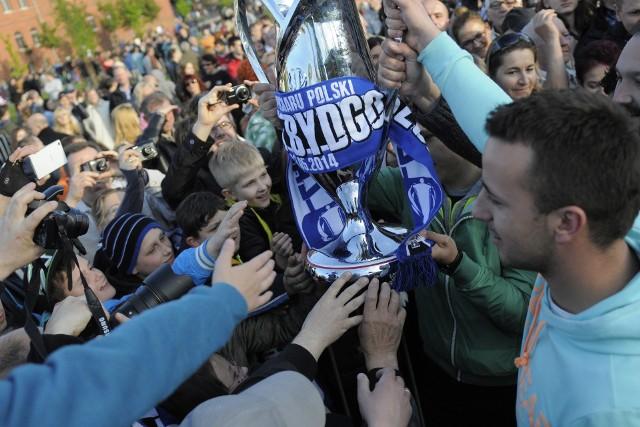 Sześć lat temu na Wyspie Młyńskiej bydgoszczanie świętowali zdobycie Pucharu Polski przez piłkarzy Zawiszy. 2 maja w Warszawie na Stadionie Narodowym niebiesko-czarni pokonali Zagłębie Lubin po rzutach karnych 6:5. To był największy sukces bydgoskiego klubu. Dzień później na Wyspie Młyńskiej zebrało się kilka tysięcy bydgoszczan, którzy najpierw powitali zespół, a następnie mogli podziwiać okazałe trofeum. Nie obyło się bez pamiątkowych fotek oraz wzięcia autografów od piłkarzy.Na kolejnych stronach zdjęcia z fety po zdobyciu Pucharu Polski na Wyspie Młyńskiej.