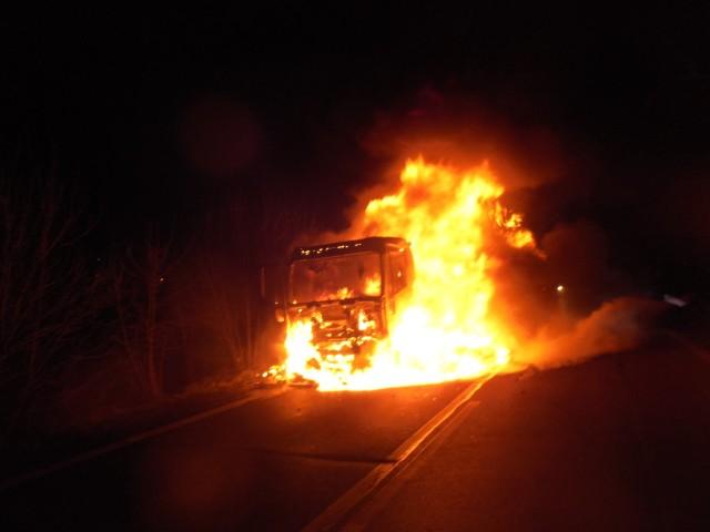Płomienie błyskawicznie objęły całą ciężarówkę i jej ładunek