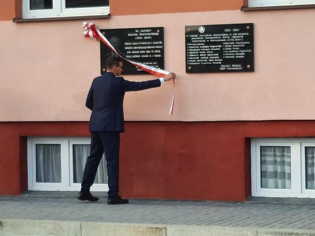 Premier Mateusz Morawiecki odsłania tablice.