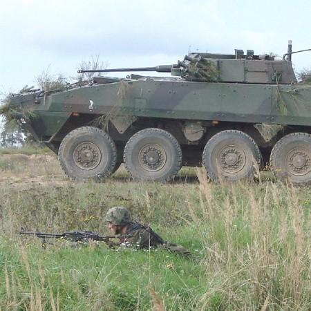 Nacierających żołnierzy wspierały transportery kołowe Rosomak.