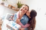 Dzień Matki 2021. Zaskocz swoją mamę wyjątkowym prezentem. Zobacz idealne upominki na Dzień Matki [26.05.2021]