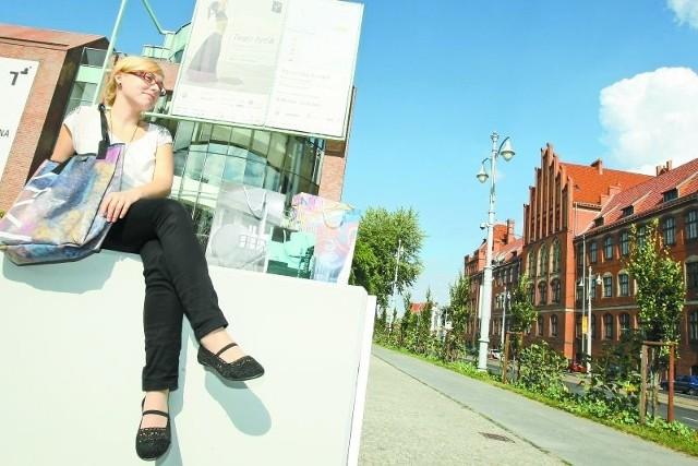 Aleksandra Mosiałek z CSW prezentuje ekologiczną torbę z baneru, dokładnie takiego jak te wiszące na szczycie budynku