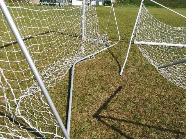 Wandale zniszczyli bramki na stadionie w Sobkowie. Jest nagroda za pomoc w ich ustaleniu.