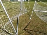 Ktoś zniszczył bramki na stadionie w Sobkowie. Wandale poszukiwani. Za pomoc w ich wskazaniu wyznaczono nagrodę (ZDJĘCIA)