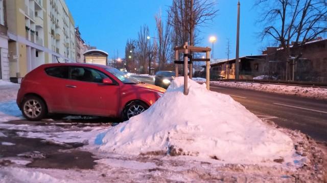 Opole. Mieszkańcy wciąż pomstują na nieodśnieżone chodniki. Pytają też co z przydrożnymi drzewami, na które spychany jest śnieg