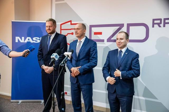 W poniedziałek (16.08) w białostockiej siedzibie NASK ministrowie Janusz Cieszyński i Adam Andruszkiewicz wraz z dyrektorem jednostki Mariuszem Madejczykiem przedstawili plan cyfryzacji urzędów do 2025 roku.