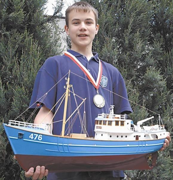 """-  Oto jeden z naszych modeli """"Nordkamp"""" - pokazuje Beniamin Brylka, 15-letni modelarz z Dobrodzienia, złoty medalista Międzynarodowych Mistrzostw Śląska."""