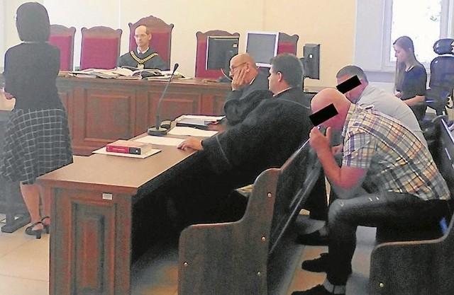 Obaj oskarżeni odpowiadają w procesie z tzw. wolnej stopy. Grozi im nawet 10 lat więzienia