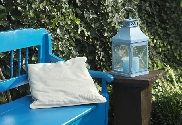 Niebieska ławka ogrodowa...