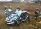 Zderzenie TIR-a i samochodu osobowego na DK 10 pod Bydgoszczą. Strażacy wyciągali kierowcę z pojazdu