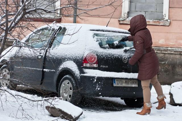 Nawet 500 zł może zapłacić kierowca, gdy policja uzna, że jego auto jest źle odśnieżone/zdjęcie ilustracyjne