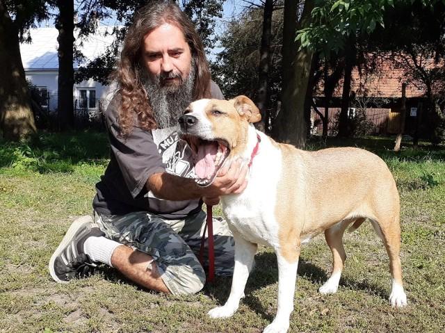Przemysław Grządziel, kier. schroniska dla psów w Orzechowcach, (nz. z Luną) dał się poznać jako sprawny organizator trudnej instytucji.