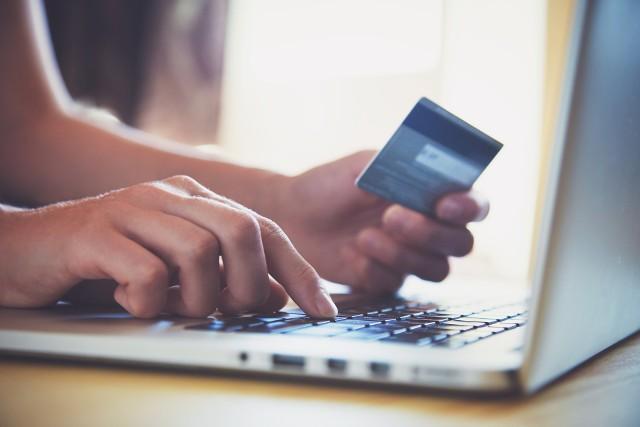 Użytkownik przekierowany jest do strony podszywającej się pod portal OLX, na której nakłaniany jest do podania danych karty płatniczej w celu rzekomego odebrania opłaty za wystawiony przedmiot.