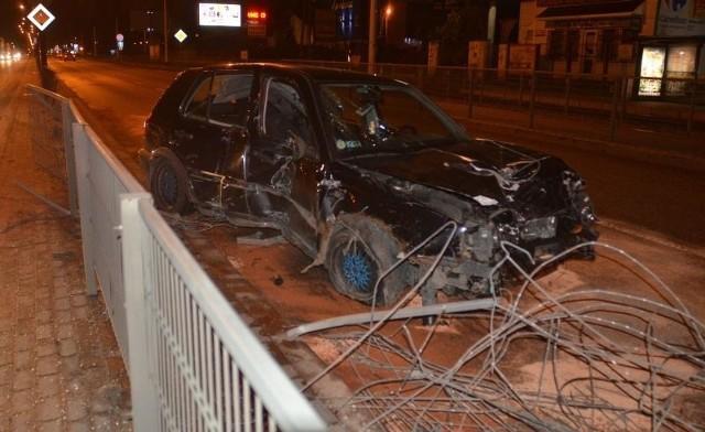 Volkswagen rozbił siatkę rozdzielającą pasy ruchu na ul. Zgierskiej.