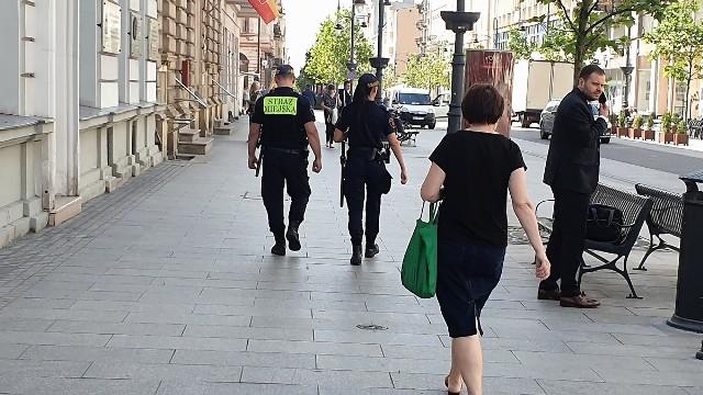 Strażnicy miejscy znów na patrolach na ul. Piotrkowskiej.