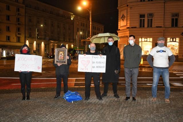 Przeciwnicy aborcji manifestowali na placu Wolności. Akcja odbyła się pod hasłem Domino Życia.Kolejne zdjęcie -->