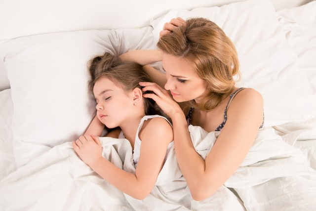 Spanie z dzieckiem w jednym łóżku ma swoje zalety i wady. Kwestia przeniesienia malucha do własnego pokoju, to dylemat wielu rodziców.